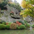 池の前から見る奇岩遊仙境